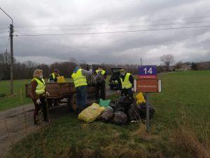 Na zdjęciach widać uczestników akcji sprzątanie świata przez koła gospodyń wiejskich. Większość osób jest ubrana w odblaskowe kamizelki, rękawiczki ochronne oraz maseczki. Osoby sprzątają teren, przy nich znajdują się worki z zebranymi odpadami.