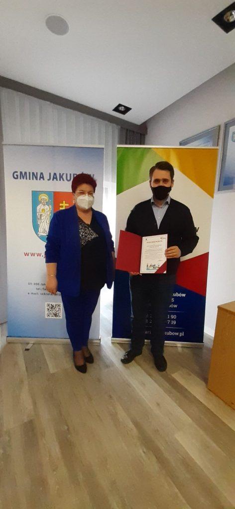 Pani Hanna Wocial Wójt Gminy Jakubów wręcza podziękowanie Panu Danielowi Milewskiemu Posłowi na Sejm RP, za patronat nad wydarzeniem.